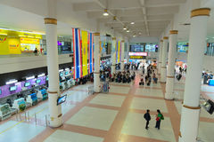 Pasillo y escritorios del enregistramiento en aeropuerto Imagen de archivo libre de regalías