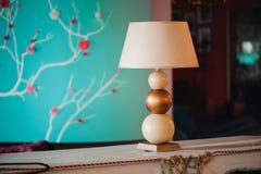 Pasillo y muebles, lámpara del hotel de lujo en la tabla imágenes de archivo libres de regalías