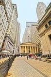 Pasillo y turistas federales en Wall Street en Lower Manhattan Foto de archivo libre de regalías
