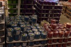 Pasillos de mercancías en la tienda de muebles Ikea Imagen de archivo libre de regalías