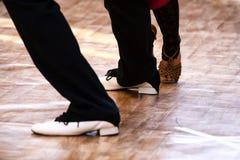 Pasión de dos bailarines del tango en el piso Foto de archivo