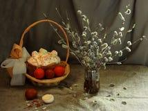 Paska, Ostereier und Blumenstrauß der Weide blüht Stockbilder