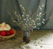 Paska, Ostereier und Blumenstrauß der Weide blüht Stockfotos