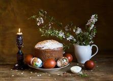 Paska, ovos da páscoa e ramo de florescência da cereja Fotografia de Stock