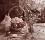 Paska, paaseieren en boeket van wilgenbloemen Stock Foto