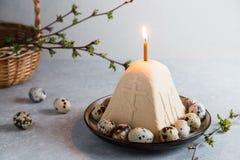 Paskha e kulich, P?scoa ortodoxo tradicional Quark Dessert Curd Fundo de Easter Bolo de queijo tradicional da casa de campo imagem de stock royalty free