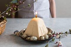 Paskha e kulich, P?scoa ortodoxo tradicional Quark Dessert Curd Fundo de Easter Bolo de queijo tradicional da casa de campo imagem de stock