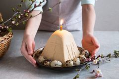 Paskha e kulich, P?scoa ortodoxo tradicional Quark Dessert Curd Fundo de Easter Bolo de queijo tradicional da casa de campo foto de stock