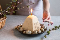 Paskha e kulich, P?scoa ortodoxo tradicional Quark Dessert Curd Fundo de Easter Bolo de queijo tradicional da casa de campo fotos de stock royalty free