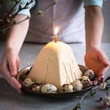 Paskha en kulich, Traditionele Orthodoxe Pasen Quark Dessert Curd De achtergrond van Pasen Traditionele plattelandshuisjekaastaar stock fotografie