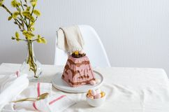 Paskha i kulich, Tradycyjny Ortodoksalny Wielkanocny kwarka deseru Curd t?o barwi?cy Easter jajek eps8 formata czerwony tulipanu  obraz royalty free