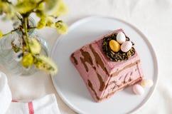 Paskha traditionelles orthodoxes Ostern Quark Dessert Curd Rote Tulpe und farbige Eier Traditioneller H?uschenk?sekuchen Ostern-L stockfotografie