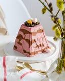 Paskha traditionelles orthodoxes Ostern Quark Dessert Curd Rote Tulpe und farbige Eier Traditioneller H?uschenk?sekuchen Ostern-L stockbilder