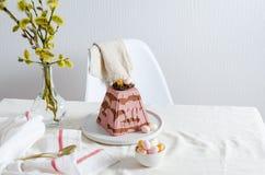 Paskha und kulich, traditionelles orthodoxes Ostern Quark Dessert Curd Rote Tulpe und farbige Eier Traditioneller H?uschenk?sekuc lizenzfreies stockbild