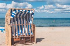 Paskuje błękity colourfed plaże zadaszających krzesła w Travemunde, Niemcy obraz stock