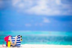 Paskuje torbę, błękitny ręcznik, okulary przeciwsłoneczni, sunscreen Obrazy Royalty Free