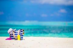 Paskuje torbę, błękitny ręcznik, okulary przeciwsłoneczni, sunscreen Zdjęcia Royalty Free