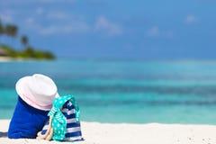 Paskuje torbę, błękitny ręcznik, okulary przeciwsłoneczni, sunscreen Obrazy Stock