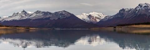 Pasmo górskie odbija w Jeziornym Argentyna Obraz Stock
