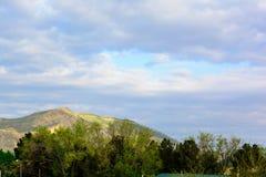 Pasmo górskie pod obłocznym niebieskim niebem dla natury zdjęcie stock