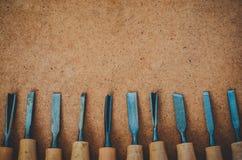 Pasmo narzędzia dla woodcarving na brown szorstkiej tło odgórnego widoku kopii przestrzeni Obraz Royalty Free