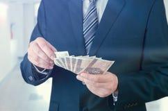 Pasmo Polscy banknoty w biznesmen ręce obrazy royalty free