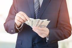 Pasmo Polscy banknoty w biznesmen ręce fotografia stock
