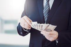 Pasmo Polscy banknoty w biznesmen ręce obrazy stock