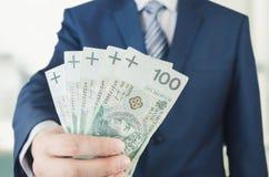 Pasmo Polscy banknoty w biznesmen ręce obraz royalty free
