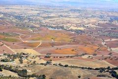 Paso罗夫莱斯从飞机观看的秋天葡萄园-惊人的秋天颜色 库存照片