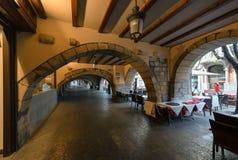 Paso arqueado con los cafés, Girona, Cataluña, España fotos de archivo