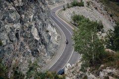 Paso, camino Altai de la montaña visión superior serpentina fotografía de archivo
