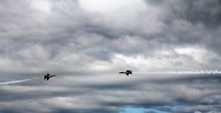 Paso cercano de los aviones de combate de los ángeles azules Imagen de archivo libre de regalías