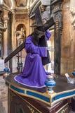 Paso con la estatua de Jesus Christ con la cruz para la procesión de Pascua Imágenes de archivo libres de regalías