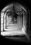 Paso con las paredes de ladrillo y las puertas Imagen de archivo libre de regalías