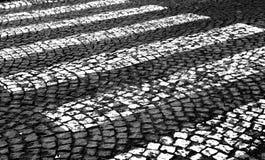 Paso de cebra blanco y negro fotos de archivo