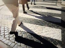 Paso de cebra borroso de la ciudad imagenes de archivo