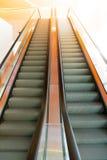 Paso de escalera móvil dentro del edificio Imagen de archivo libre de regalías