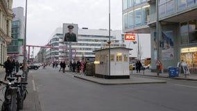 Paso de frontera anterior de Berlín, Alemania - de Checkpoint Charlie entre el este y Berlín occidental imagen de archivo libre de regalías