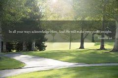 Paso de la biblia de los proverbios 3 en las trayectorias Imagenes de archivo