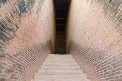 Paso de la calzada del misterio con la pared de ladrillo en ambos lados Fotos de archivo
