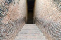 Paso de la calzada del misterio con la pared de ladrillo en ambos lados Foto de archivo