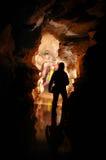 Paso de la cueva con cavers Fotografía de archivo