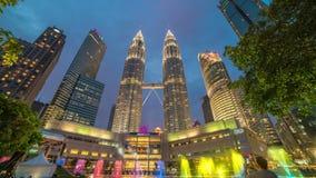 Paso de la Día-noche de Timelapse cerca de las torres gemelas de Petronas en Kuala Lumpur, Malasia En agosto de 2017 almacen de video