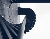 Paso de la escalera que construye los detalles espirales de la arquitectura del fuego exterior fotos de archivo libres de regalías