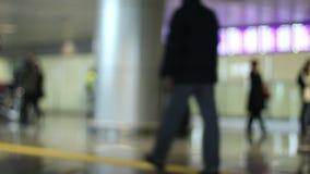 Paso de la gente del terminal de aeropuerto cerca metrajes