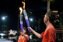 Paso de la llama olímpica de la juventud Imagen de archivo libre de regalías
