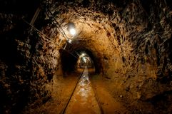Paso de la mina subterránea con los carriles Imagen de archivo