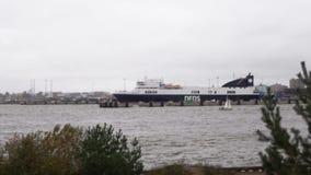 Paso de la navegación del yate la terminal de transbordadores en el puerto almacen de video