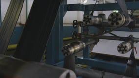 Paso de las gomas entre el primer del mecanismo de los rodillos metrajes